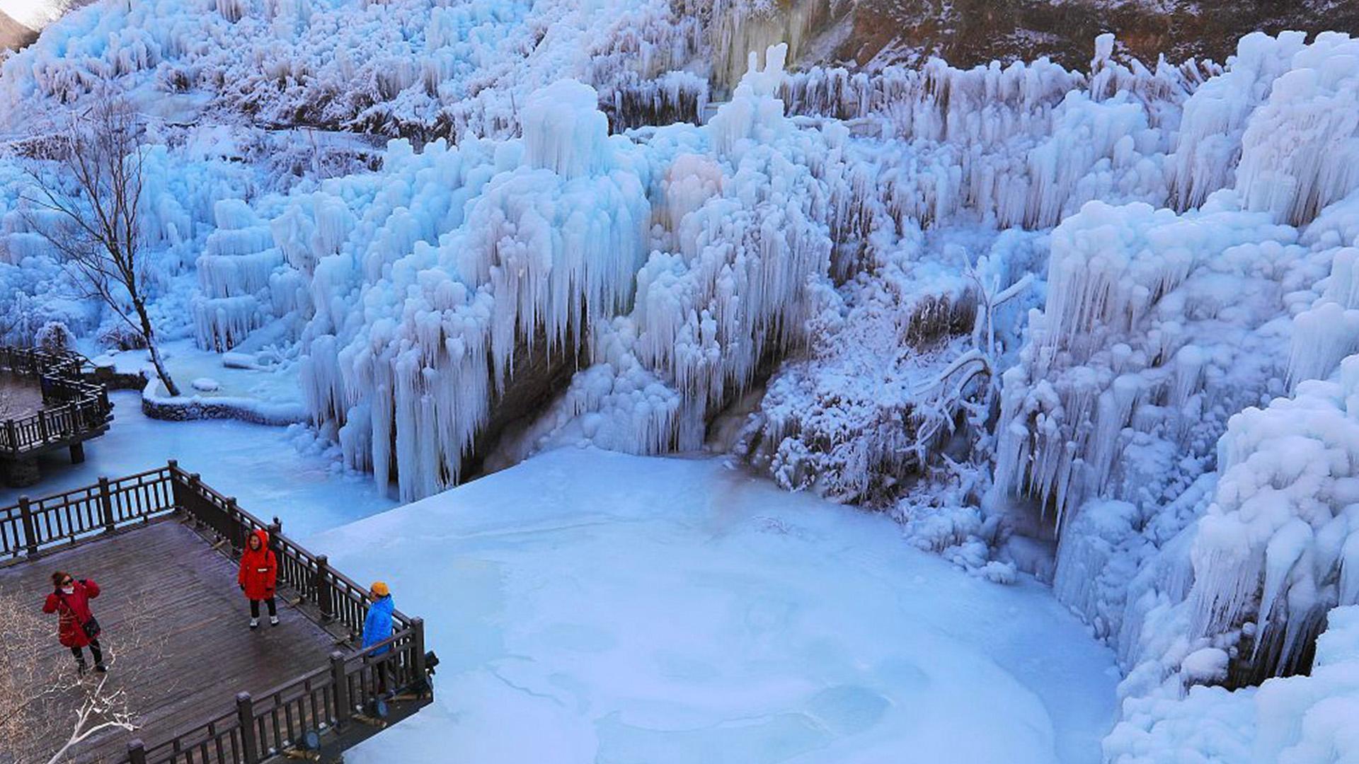 Искусственный замёрзший водопад в районе Мэньтоугоу