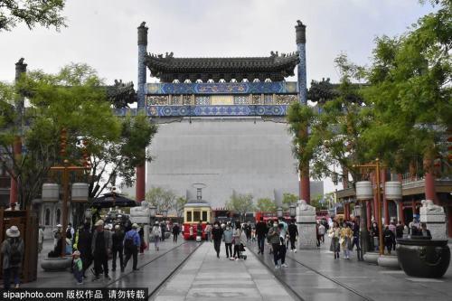 五一假期,赴京游客达842.6万人次,小姑娘长安街华灯基座上写作业,太感动了~