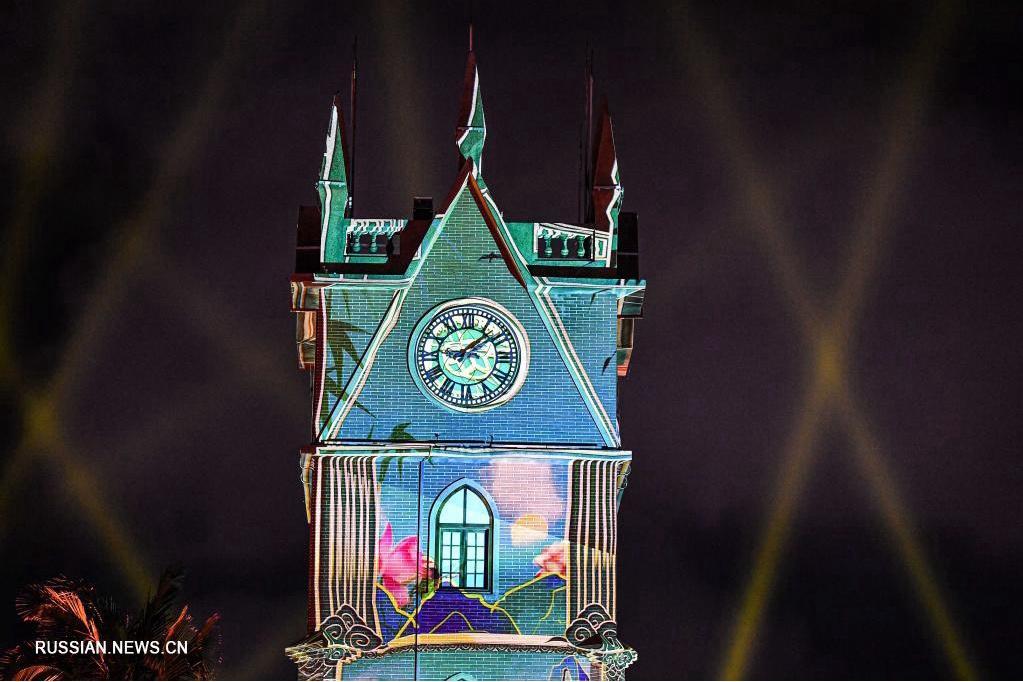 Световое шоу на колокольной башне города Хайкоу на юге Китая