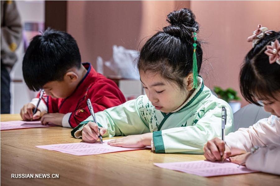 Культурное мероприятие на тему праздника Фонарей в одной из читален Хучжоу