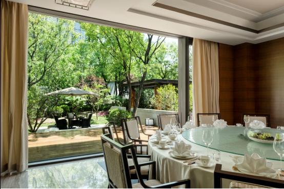 北京楓燁園酒店中餐廳 一個帶庭院式的私密VIP包間,在安靜的時刻享用餐盤中粵菜的美味
