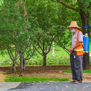 北小河公园坚持每天清扫灭菌消毒作业