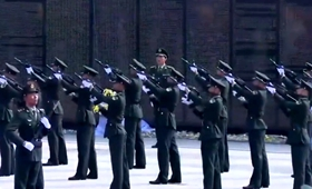 鸣枪礼!礼兵连续鸣枪三响向志愿军烈士致敬