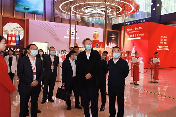 五粮液集团董事长李曙光带队视察五粮液首座万豪展厅