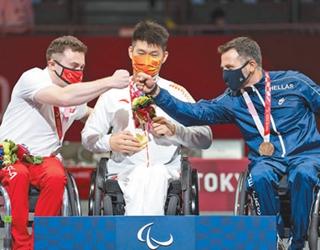 8月25日,男子佩剑个人赛B级分获冠亚季军的三位选手在庆祝