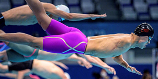杨光龙跃入泳池的瞬间
