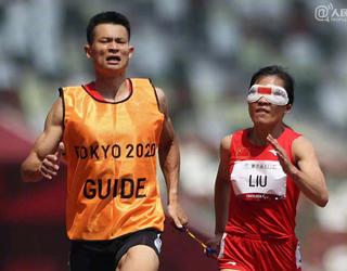 刘翠青在领跑员徐冬林协助下摘金