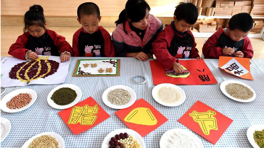Children learn to make Laba porridge, Laba garlic at kindergarten in Shijiazhuang