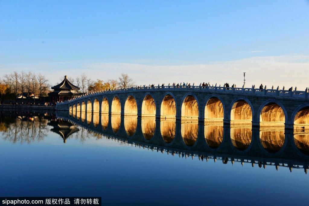 El Puente de Diecisiete Arcos iluminado por la luz dorada