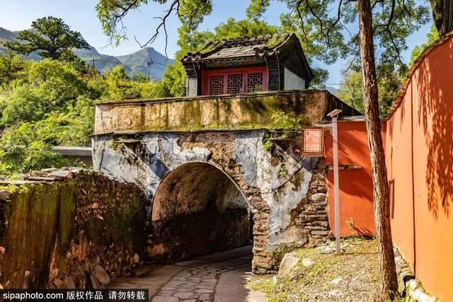 秋雨连绵!这座遗落深山的古村庄,老北京人开始想念了~