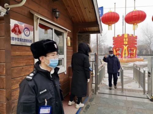 北京市公園管理中心mo)河慰腿胊靶xu)佩戴口罩(zhao),測量體(ti)溫