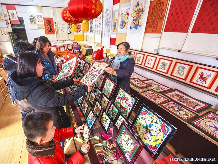 Venta de pinturas de año nuevo en madera entra en su temporada alta en Wuqiang
