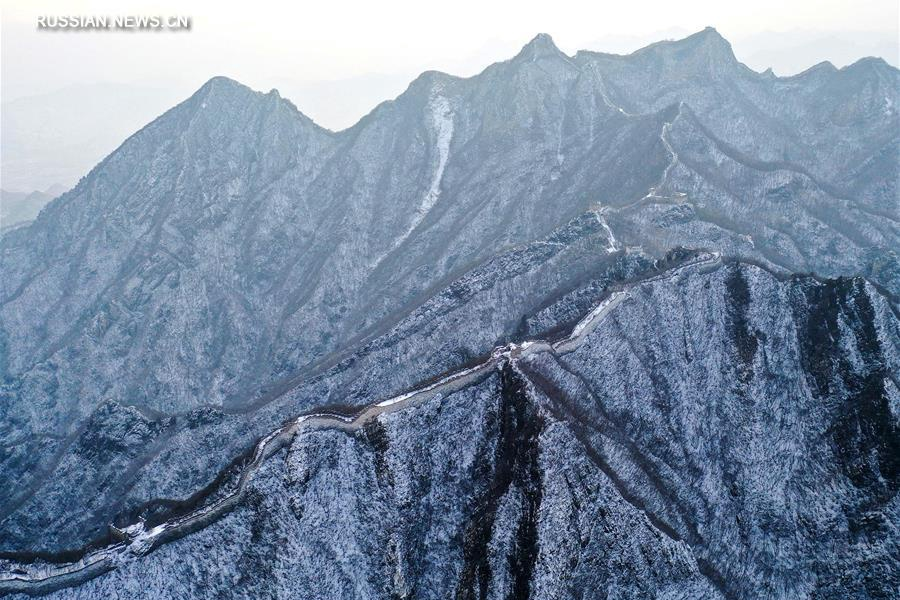 Участок Великой Китайской стены на территории Пекина после снегопада