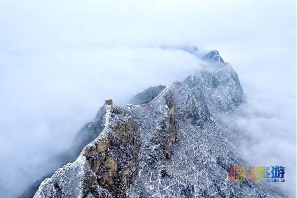 Очаровательные снежные изображения на участке Великой китайской стены Сыматай