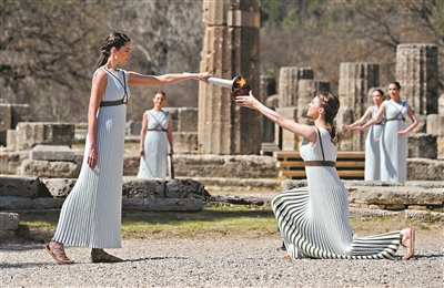 奥运圣火采集仪式庄严肃穆。