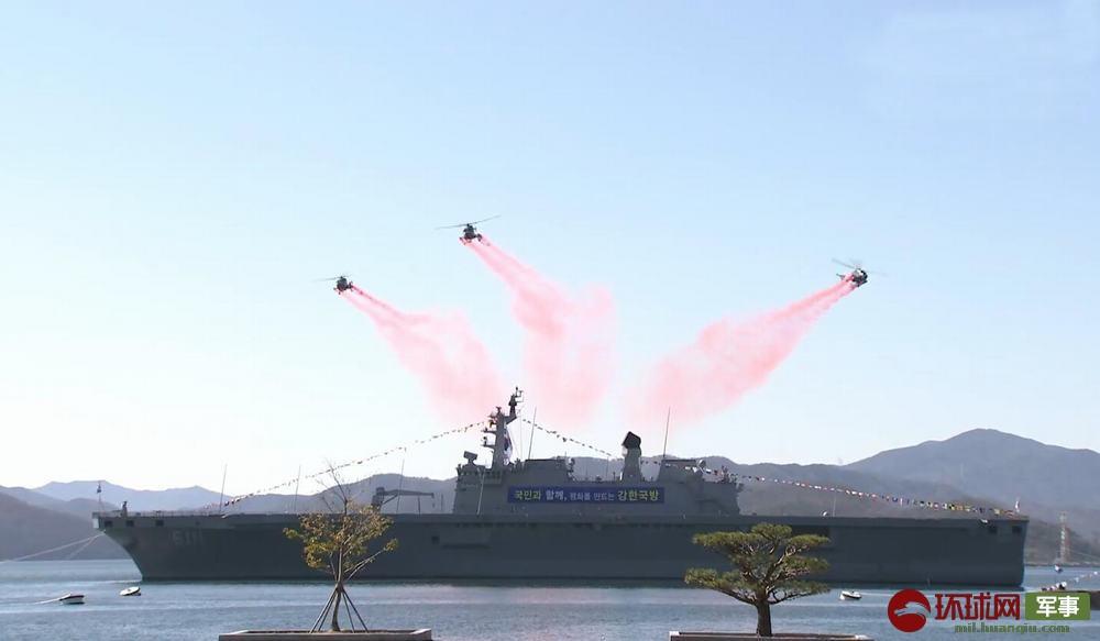 三架直升机的飞行表演拉开毕业典礼的序幕