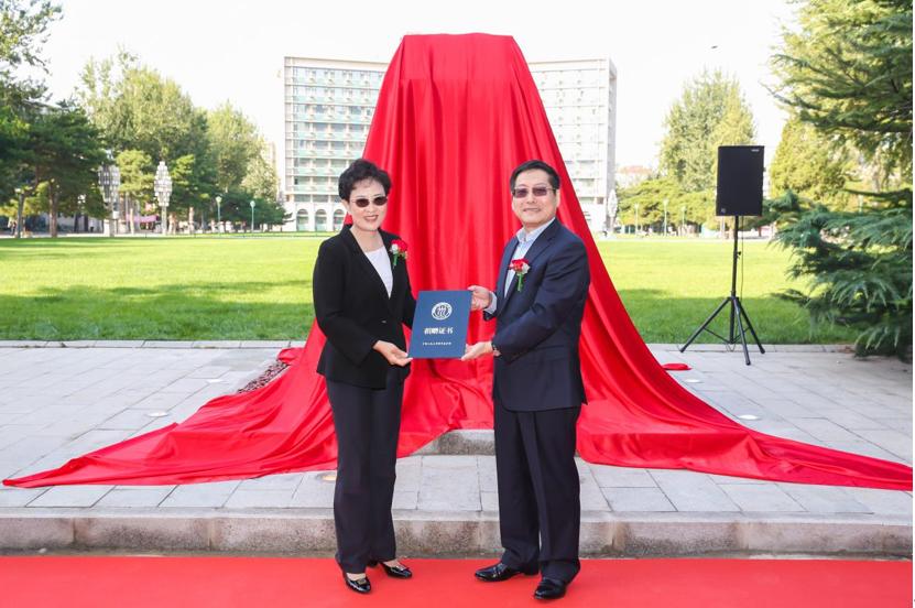 福信集团献礼中国人民大学 并捐赠运动器材助力体育文化建设