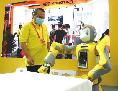 """会""""擦桌子""""的智能家居服务机器人。"""
