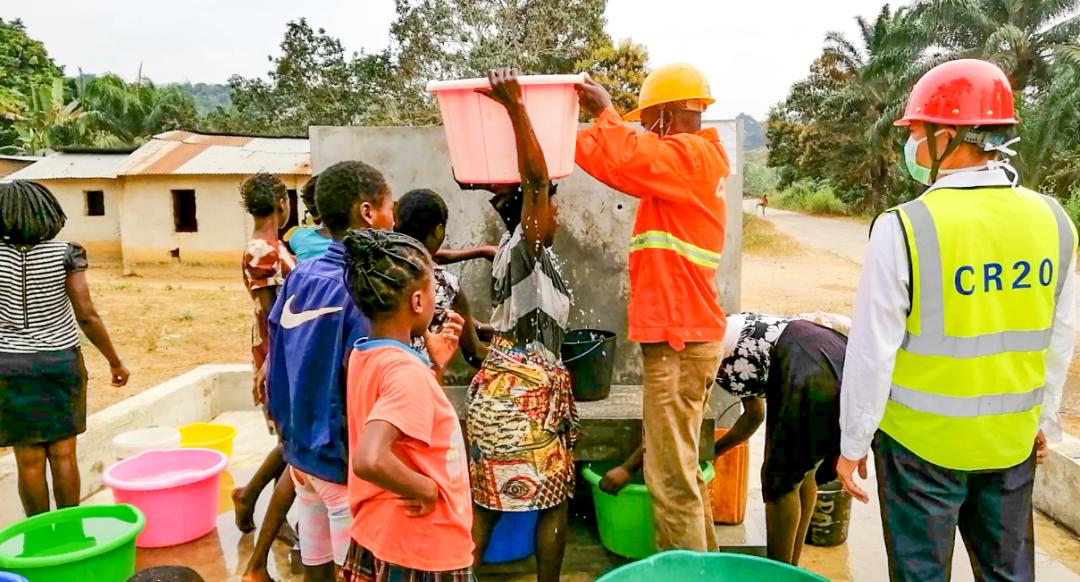 中国央企的水处理真厉害,非洲老哥这个村第一次喝上自来水