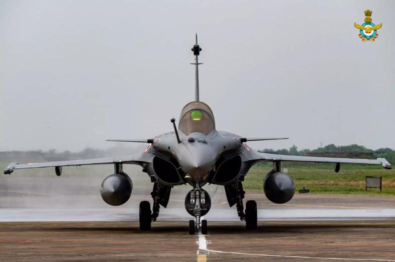 """印度第二批阵风战机将从法国直飞印度 首批经停阿联酋时曾""""遇险"""" 2020-11-03 16:52 【环球网报道 记者 徐璐明】据印度《欧亚时报》11月2日报道,印度空军订购的第二批""""阵风""""战斗机即将从"""