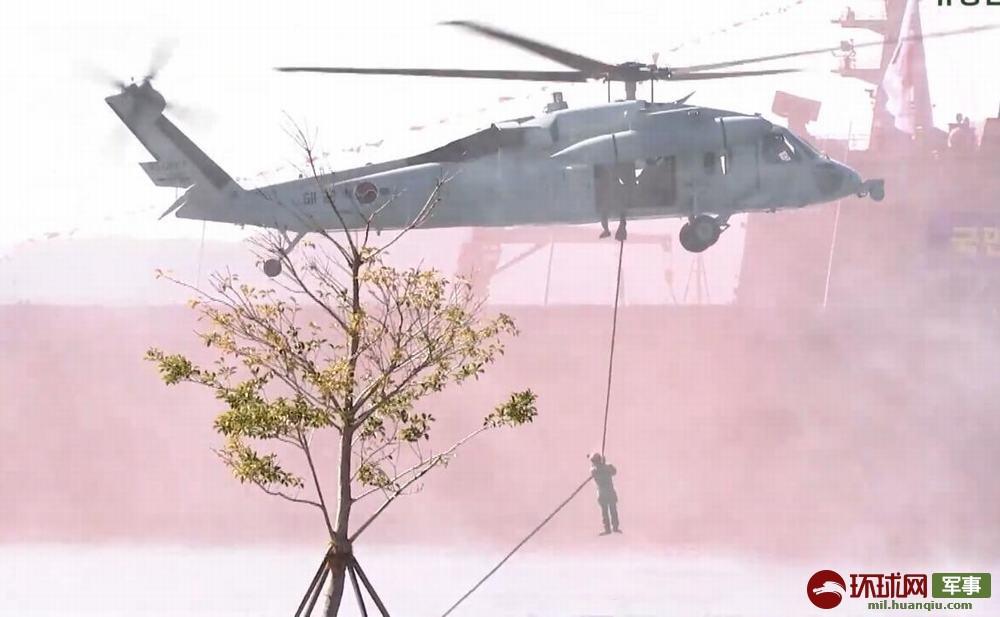 韩国海军特种部队进行索降突击演示