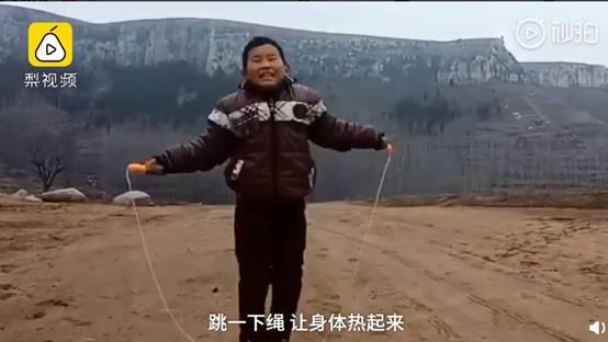 家在山脚没信号,9岁男孩山坡搭棚上网课,冷了跳绳取暖