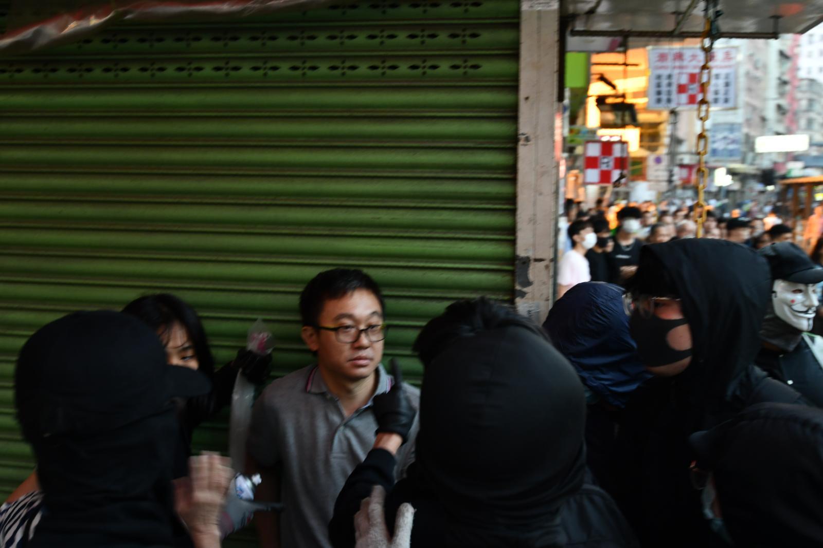 男子疑因拍摄暴徒被围(图源:香港《星岛日报》)