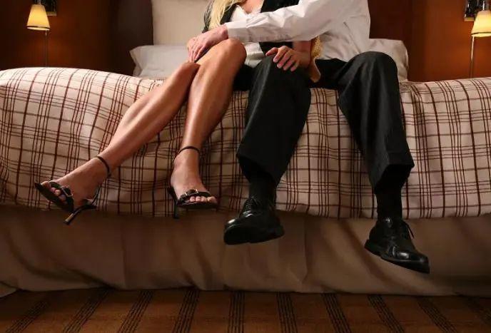 为了情人抛妻弃子,结果两边落空,男子迁怒情人,抽出长刀……