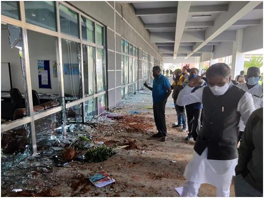 砸毁设备焚烧车辆,台媒:台企印度苹果工厂被2000人暴力砸厂