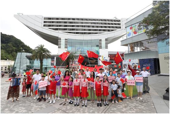 """香港市民团体在中环山顶广场进行""""快闪""""唱国歌活动。(图源:港媒)"""