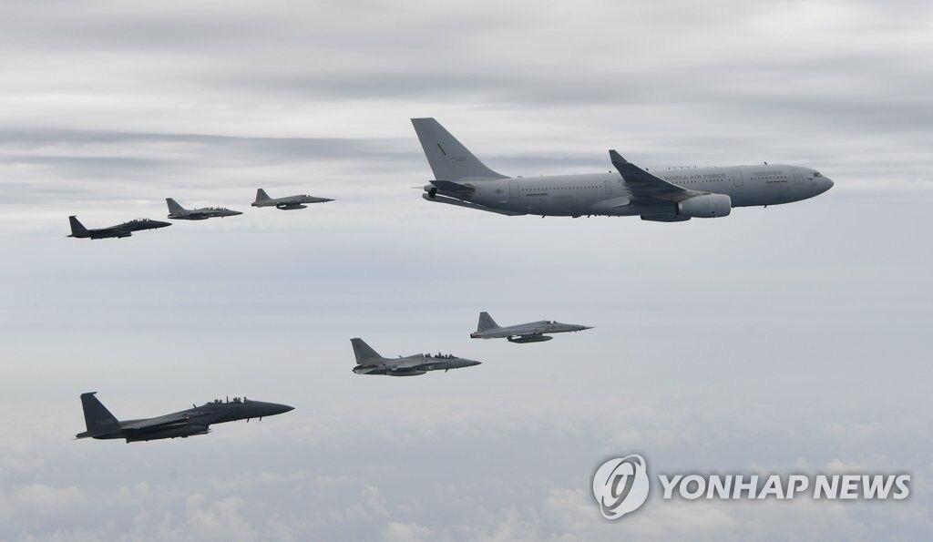 韩国空军KC-330空中加油机带领战斗机训练