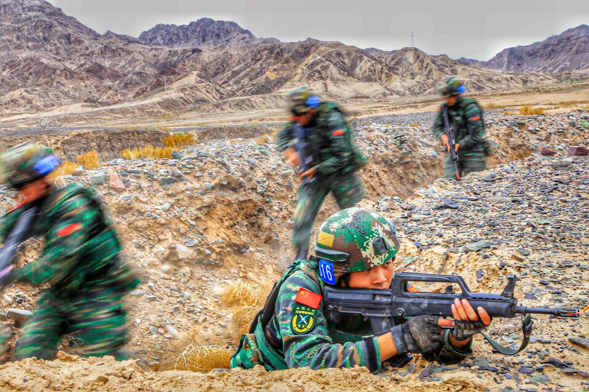 特战队员向目标点展开快速捕歼。鹿增 摄