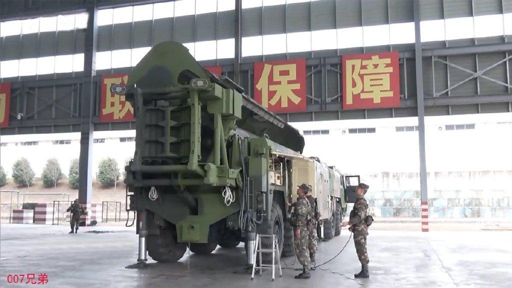 火箭军最新训练画面曝光 一排东风16导弹壮观起竖