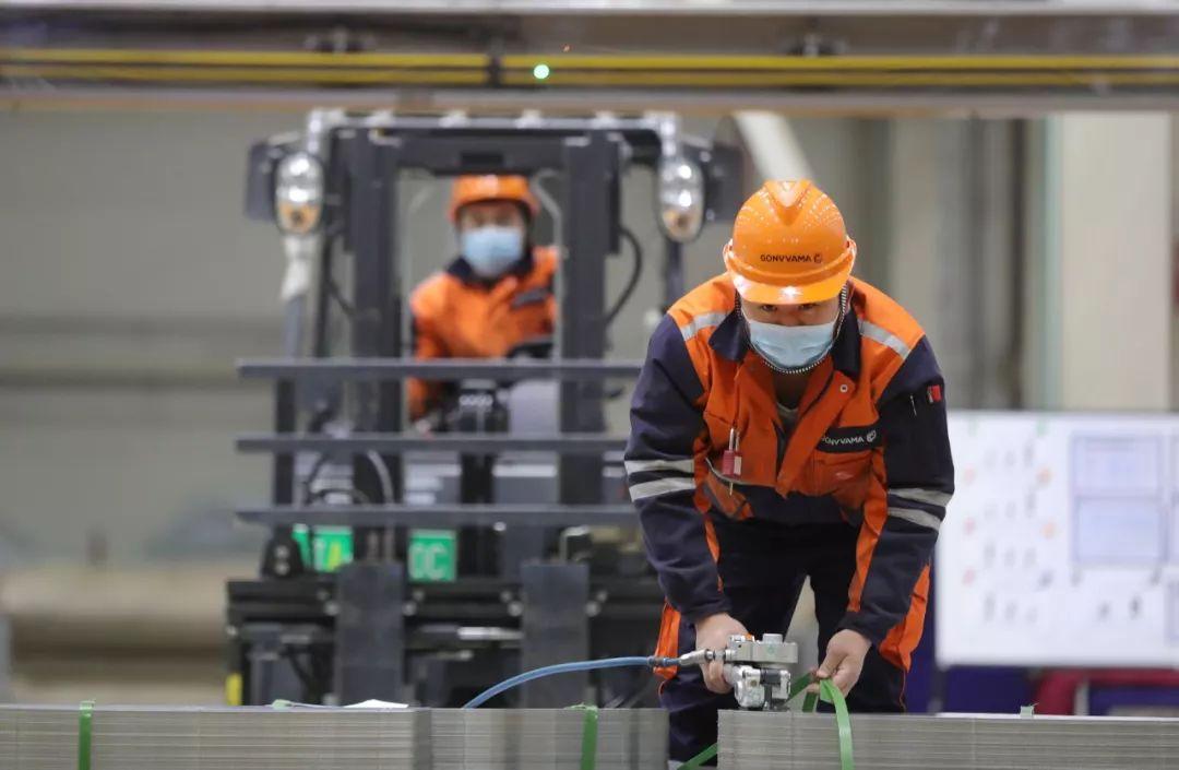 2月18日,在华安钢宝利高新汽车板加工(沈阳)有限公司,工人在车间工作。 新华社记者 杨青 摄