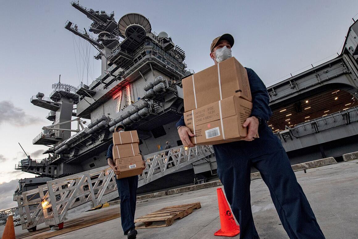"""美国海军舰员在向""""罗斯福""""号航母上搬运物资"""