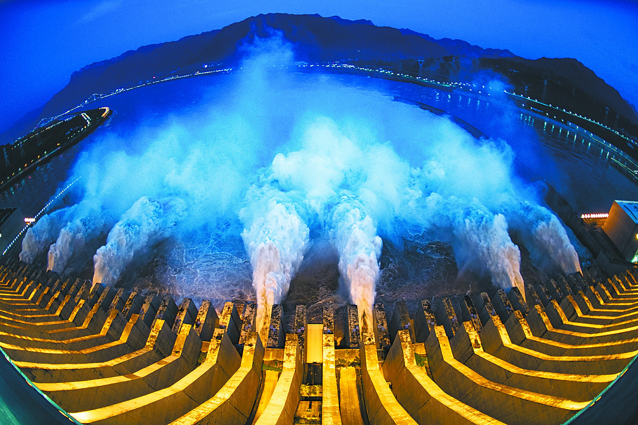 7月19日,三峡枢纽开启泄洪深孔泄洪。