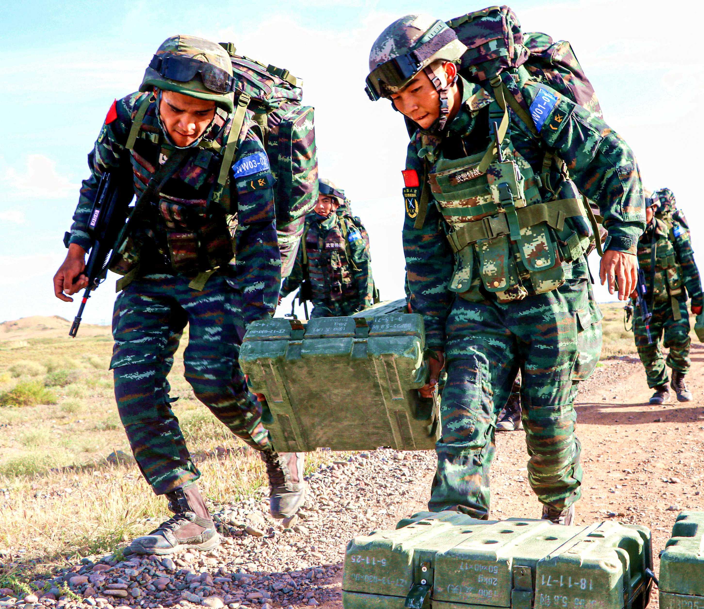 特战队员相互协作,并肩作战。鹿增 摄