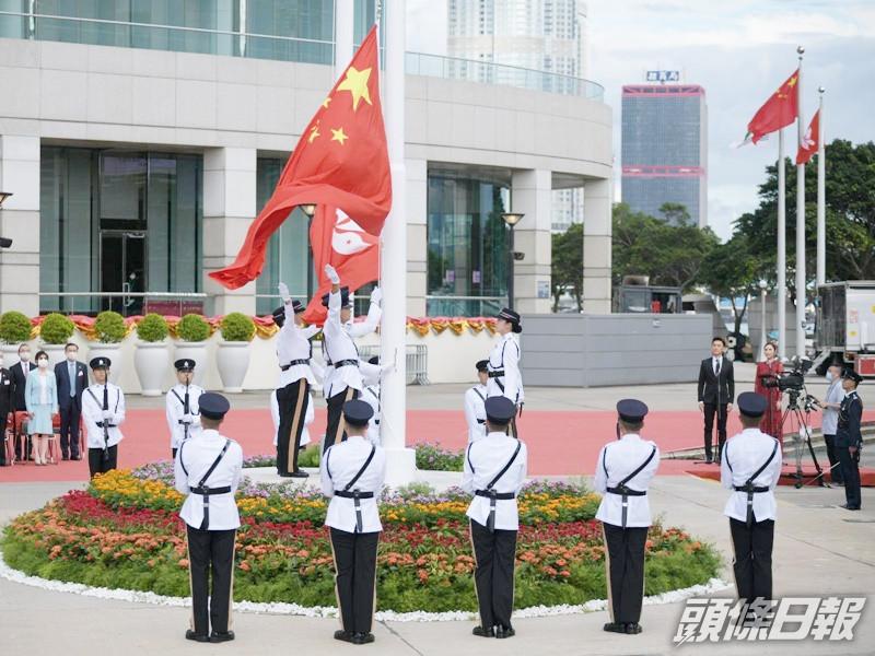 升旗仪式在金紫荆广场举行(图源:香港《头条日报》)