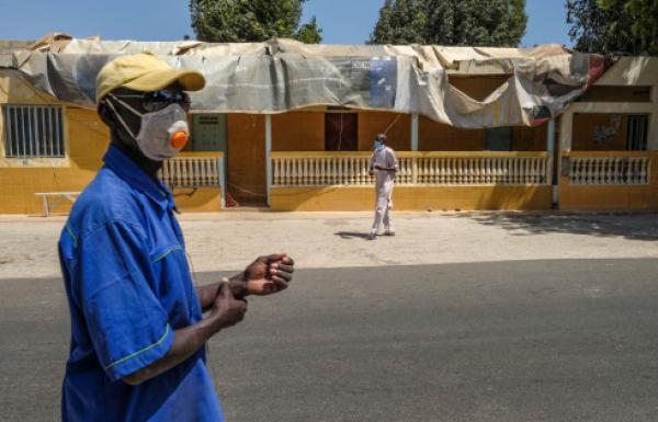 这是在塞内加尔达喀尔拍摄的戴着口罩的人们。新华社 资料图