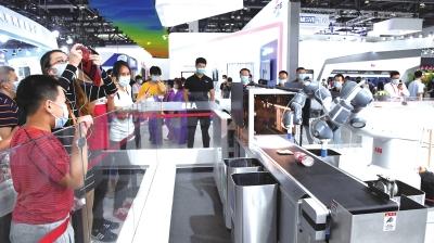 9月6日,观众在服贸会综合展区参观一款人工智能垃圾分类系统演示。 新华社照片