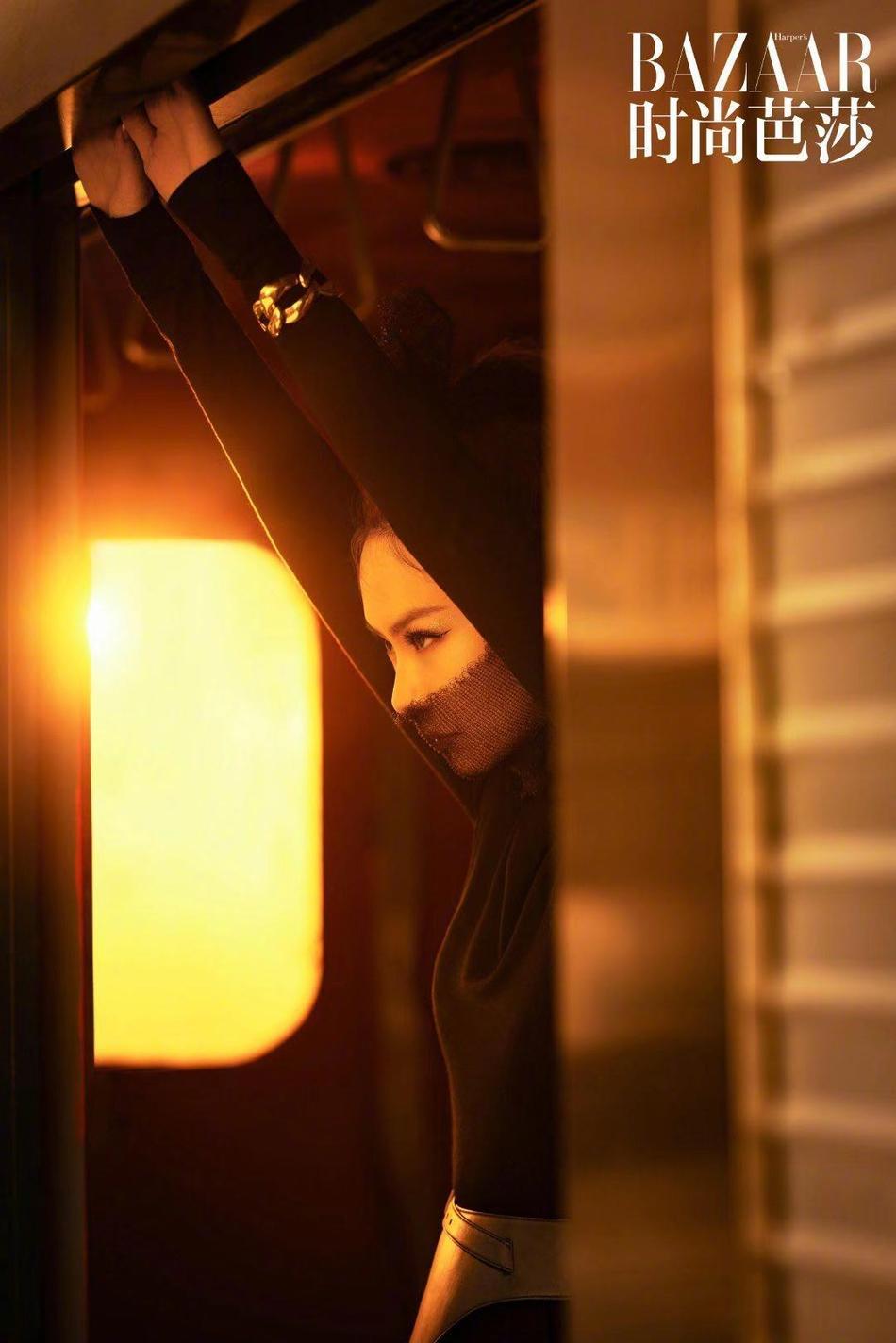 戚薇登《时尚芭莎》封面 黑色高开叉长裙迷人又暗黑
