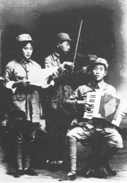 曹火星(右)与战友合奏