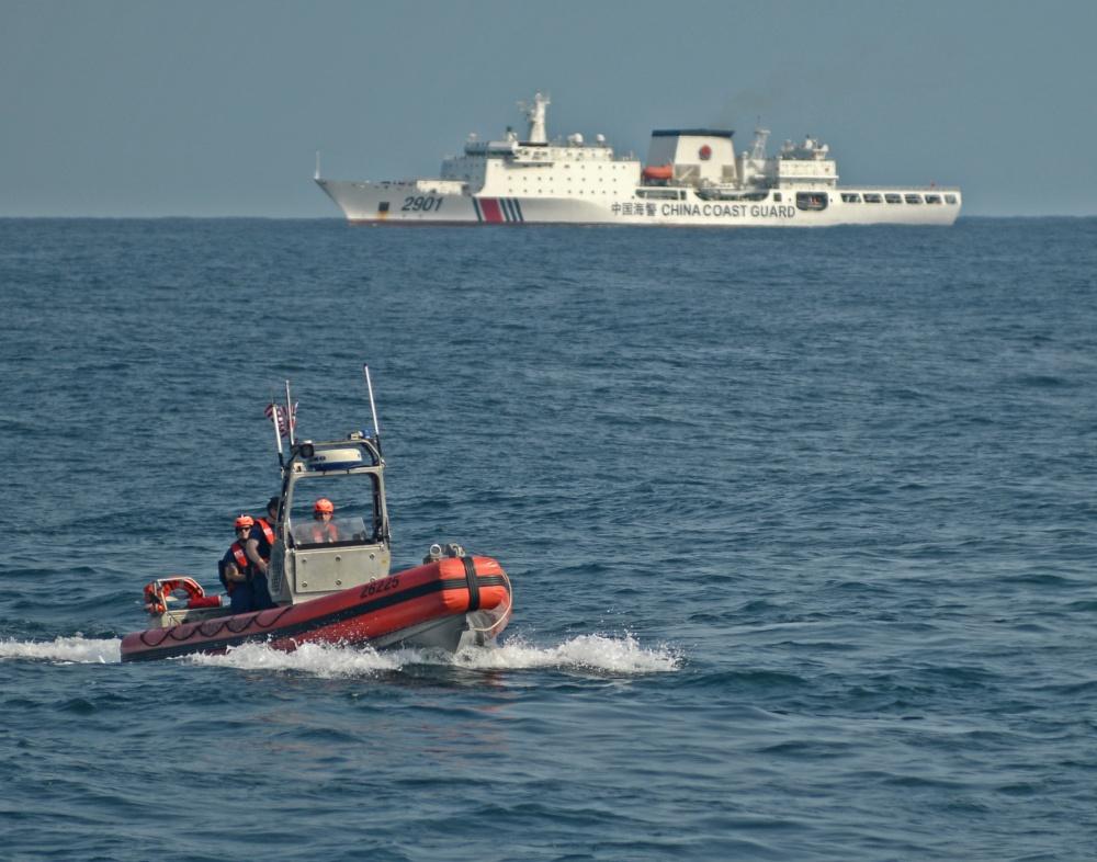美国快艇后方不远处就是中国海警的2901船
