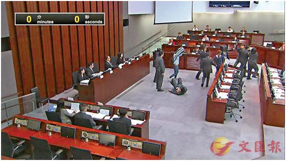 2019年3月16日,郑家朗、吴嘉儿和何秀仪,离开座位冲向聂德权所坐的位置。(图源:香港文汇网)