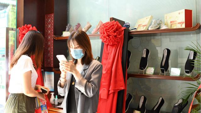"""北京市前进鞋厂和北京制帽厂在前门开旗舰店 老款""""片儿懒""""回来了"""